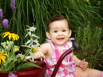 Baby in tuin Royalty-vrije Stock Afbeeldingen
