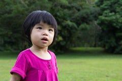 Baby in tuin Stock Afbeeldingen
