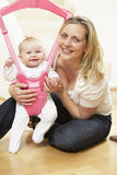 Baby in Uitsmijter met Moeder stock foto
