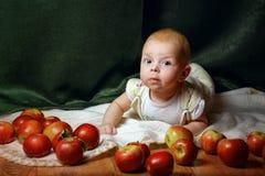 Baby und Apfel Stockfotografie