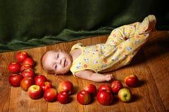 Baby und Apfel Lizenzfreie Stockfotos