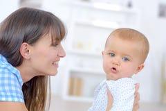 Baby und das Kindermädchen stockbilder