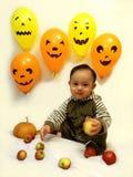 Baby und Halloween Stockbilder