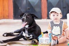 Baby und Hund lizenzfreie stockfotos
