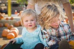 Baby und ihr Bruder am Kürbis-Flecken Lizenzfreie Stockfotografie
