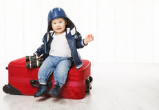 Baby und Koffer, Kindergepäck, Kinderjungen-Lederjacke-Sturzhelm Lizenzfreies Stockbild