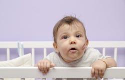 Baby und Kuss in der Krippe Stockbild