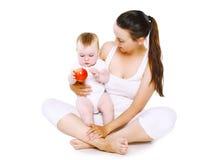 Baby- und Lebensmittelkonzept - bemuttern Sie das Halten des Babys Stockfotografie