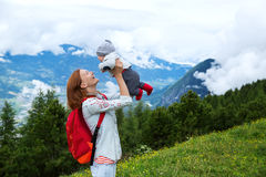 Baby und Mutter mit den Alpenbergen in der Natur im Backgro Stockfoto