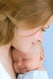 Baby van drie maanden oud in zijn moedershanden. Stock Fotografie