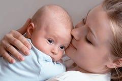Baby van drie maanden oud in zijn moedershanden. Royalty-vrije Stock Foto's