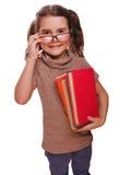Baby van meisjes leest de donkerbruine glazen het boek houdt glimlachend isoleert Stock Fotografie