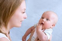 Baby van vijf maanden oud in zijn moedershanden. Royalty-vrije Stock Foto