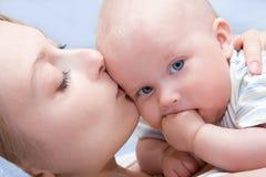 Baby van vijf maanden oud in zijn moedershanden. Royalty-vrije Stock Fotografie