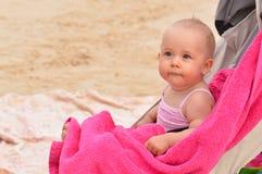Baby in vervoer op het strand Royalty-vrije Stock Foto