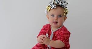 Baby verziert mit einem Bogen als Geschenk stock video