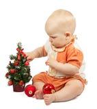 Baby verziert Weihnachtsbaum mit roten Bereichen Stockbilder