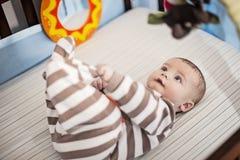 Baby in voederbak Stock Afbeelding