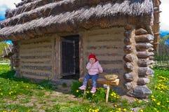 Baby von den historischen Hütten stockfotos