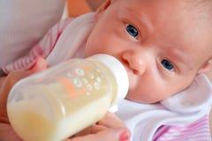 Baby während des Mit der Flasche fütterns Lizenzfreies Stockfoto