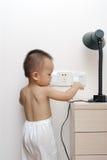 Baby wat betreft machtscontactdoos Royalty-vrije Stock Foto's