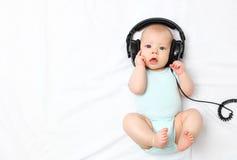 Baby weinig jongen in hoofdtelefoons royalty-vrije stock afbeelding
