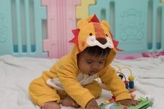 Baby, welches das Buch im Raum liest stockfotos