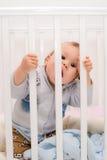 Baby, welches das Stangenbett beißt Lizenzfreies Stockfoto