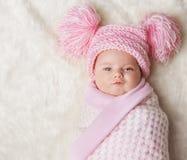 Baby wickelte oben neugeborene Decke, neugeborenes Kind zusammengerollter Hut ein Stockbilder