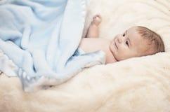 Baby in zacht bed stock afbeelding