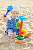 Baby in zand Stock Afbeelding