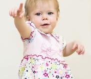 Baby zeigt einen Finger. Stockfotos