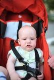 Baby in zittingswandelwagen Stock Foto