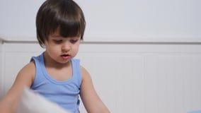 Baby zwei Jahre alte Lügen im Bett stock video