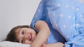 Baby zwei Jahre alte Lügen im Bett stock video footage