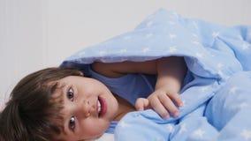 Baby zwei Jahre alte Lügen im Bett stock footage