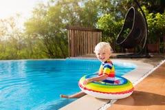 Baby in zwembad De jonge geitjes zwemmen De pret van de kindzomer Royalty-vrije Stock Foto's