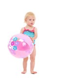 Baby in zwempak met opblaasbare strandbal Stock Afbeelding