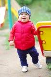 Babyalter von 10 Monaten auf Spielplatz Stockbilder