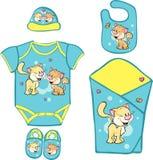 Babyausstattung für neugeborenes Baby mit netter Miezekatze Stockbild