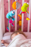 Babybed met mobiel stuk speelgoed boven het royalty-vrije stock afbeelding