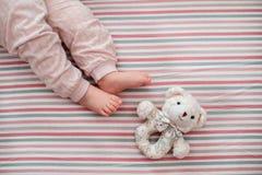 Babybeen op de gestreepte achtergrond De mening vanaf de bovenkant Stock Afbeeldingen
