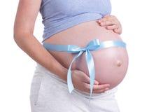 Babybelly con el nudo azul del arco Imagenes de archivo