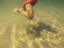 Babybenen onderwater schoppen stock afbeeldingen