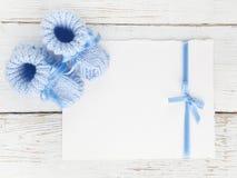 Babybeuten mit einer leeren Karte auf einem weißen hölzernen Hintergrund Beschneidungspfad eingeschlossen Flache Lage Lizenzfreie Stockbilder