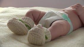 Babybewegingen door Voeten in Grappige Sokken 4K ultrahd stock video