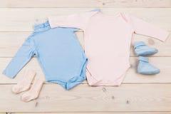 Babybodysuits en sokken stock afbeelding