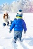 Babyboy儿子和母亲一起是愉快的-冬日 免版税库存图片