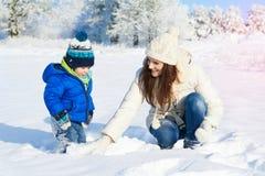 Babyboy儿子和母亲一起是愉快的-冬日 库存图片