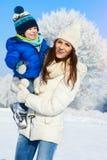 Babyboy儿子和母亲一起是愉快的-冬日 免版税图库摄影